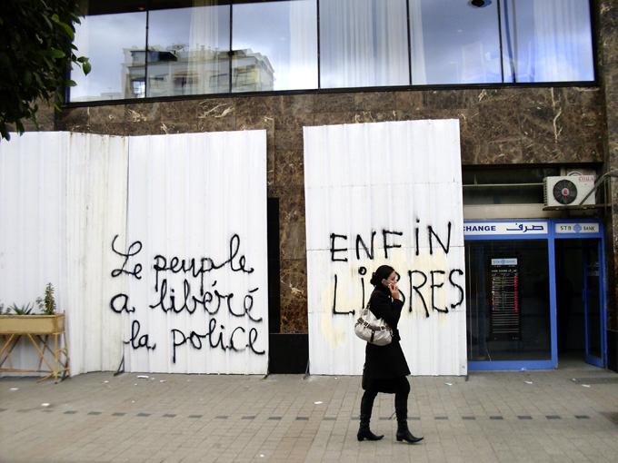 Tun.Revolution_Le Peuple a libéré la police 2011 01 22