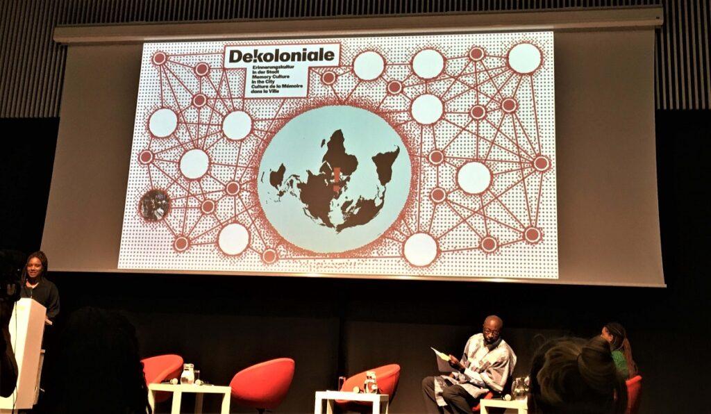Anna Yeboah von der DEKOLONIALE, Berlin, einer Initiative, die Stadtgeschichte dekolonialisieren möchte, präsentiert bei der Podiumsdiskussion des ecm an der Universität für Angewandte Kunst