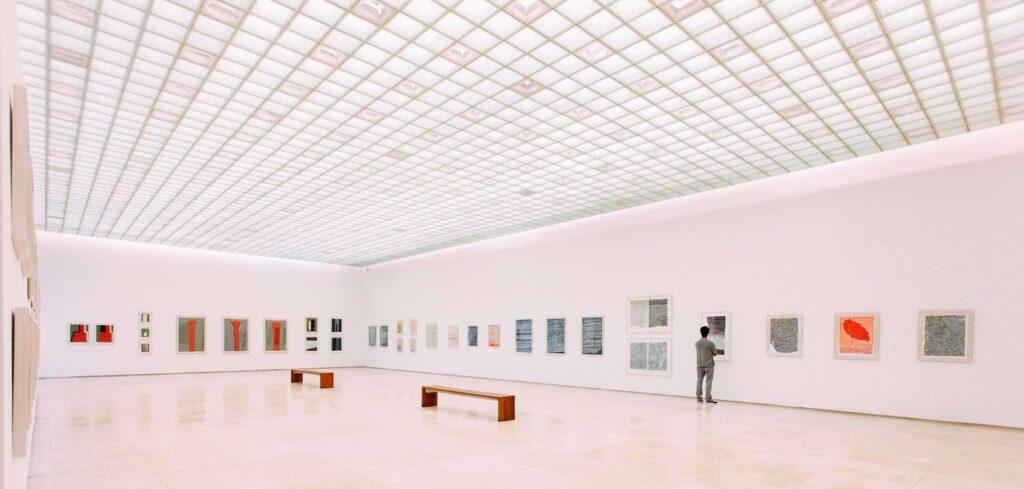 Auch Museen aus verschiedenen Disziplinen müssen zunehmend Bemühungen machen, ihre Sammlungen zu dekolonialisieren.