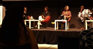 Podiumsdiskussion mit Anna Yeboah, Larissa Förster und Simon Inou, links im Bild: Moderatorin Susanne Wernsing, nicht im Bild: Moderatorin Vanessa Spanbauer