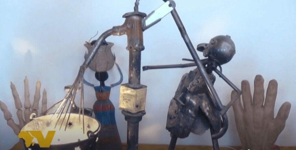 Tapiwa Vambe's Skulpturen aus Recyclingmaterial in seinem Atelier